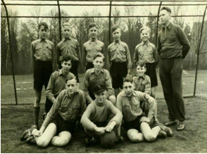 Kinder in HJ Uniform spielen Fußball