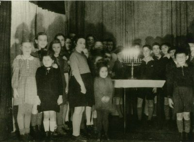 Klasse der jüdischen Volksschule an Chanukka 1940