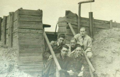 """Luftwaffenhelfer an einer Flak-Stellung in der Bungt auf den Feldern """"An den zwölf Morgen"""""""