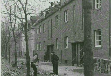 HJ bei Aufräumarbeiten in der Friedensstraße in Rheydt