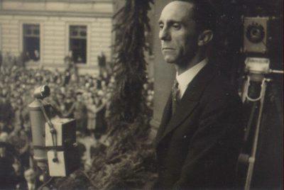 Goebbels auf der Empore des Rathauses bei seiner Rede, 1933
