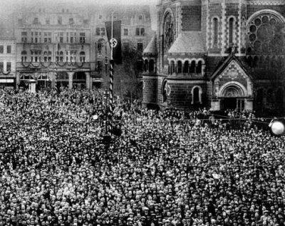 Publikum bei Goebbels Rede auf dem Marktplatz, 1933